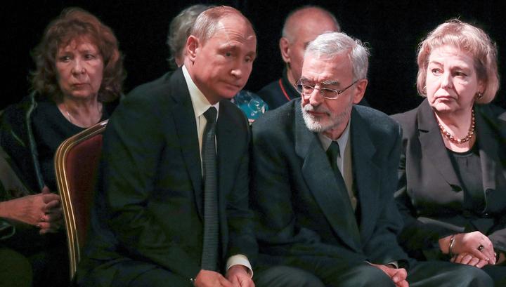 Путин положил к гробу Алексеевой букет красных роз