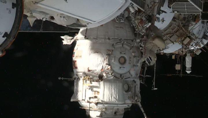 """Выход к """"Союзу"""": российские космонавты покинули МКС ради дыры в обшивке"""