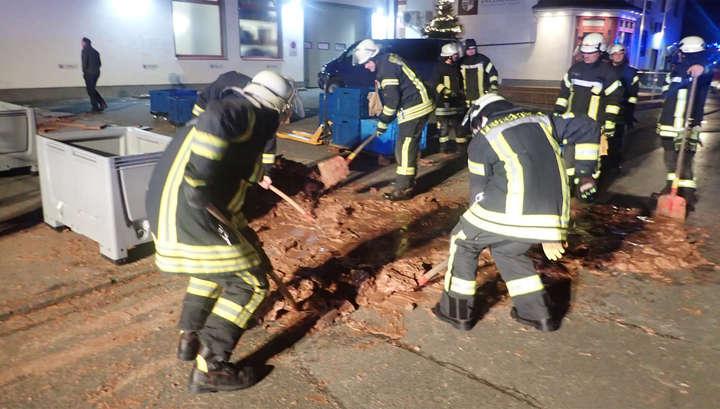 В Германии в канун Рождества из-за аварии хлынула на улицу шоколадная река
