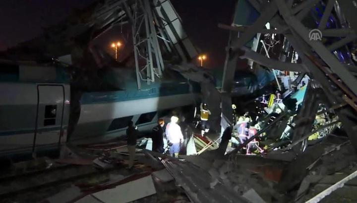 При крушении скоростного поезда в Турции погибли 4 человека