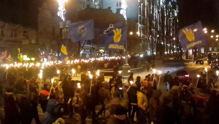 Киев во тьме: по украинской столице прошли факельные шествия в честь Бандеры