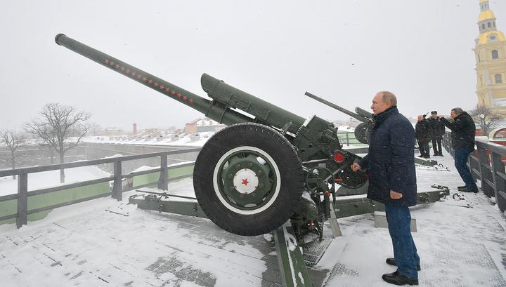 В Петропавловской крепости Путин выстрелил из пушки и осмотрел ледовые скульптуры