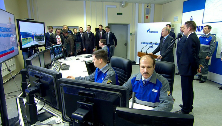 Путин ввел в эксплуатацию плавучий газовый терминал