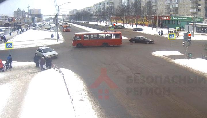 Торопившийся водитель сбил двух человек на тротуаре в Ярославле