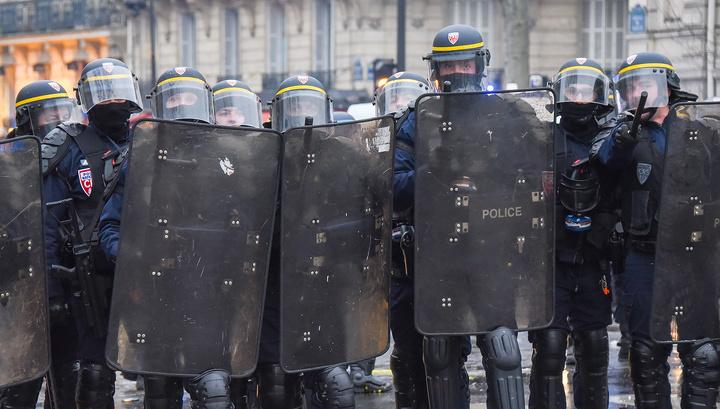 В центре Парижа манифестанты бьются с полицией
