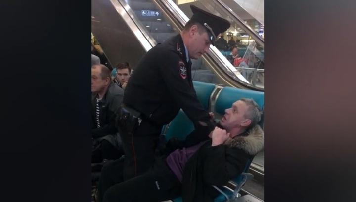 Неадекватный дебошир вступил в противостояние с полицией в аэропорту Домодедово. Видео