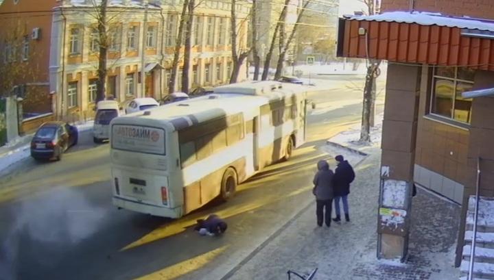 В Иркутске водитель переехал пенсионерку, не успевшую войти в автобус. Видео