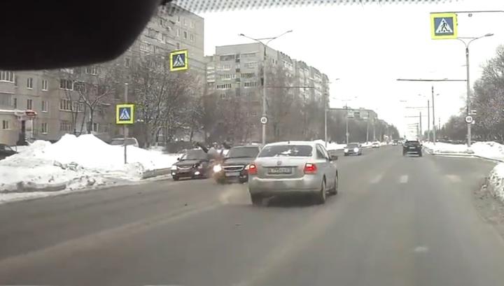 """Невнимательный водитель снес женщину с ребенком на """"зебре"""" в Чебоксарах. Видео"""