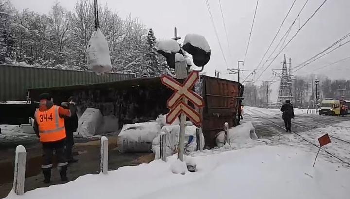 Грузовой состав снес фуру с солью на переезде в Подмосковье