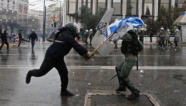 """Отобрали камеру: в Афинах избит толпой стрингер """"Спутника"""""""