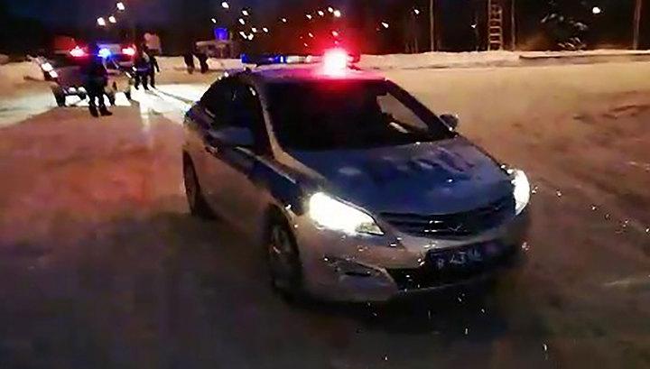 Зона оцепления аэропорта Ханты-Мансийска расширена, злоумышленник пока в самолете