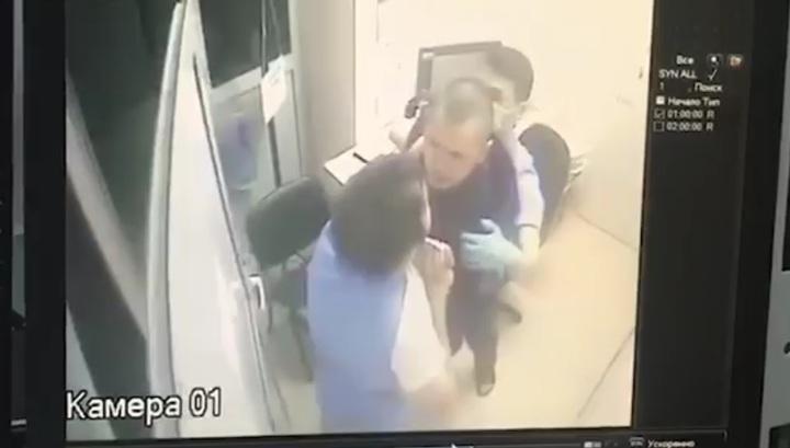 Агрессивный мужчина напал на врача в новосибирской больнице. Видео