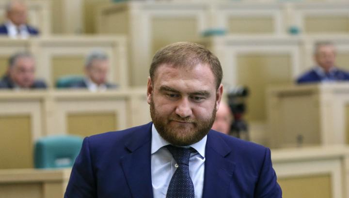 На заседании Совета Федерации задержан самый молодой сенатор