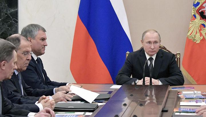После разговора с Зеленским Путин обсудил с Совбезом российско-украинские отношения