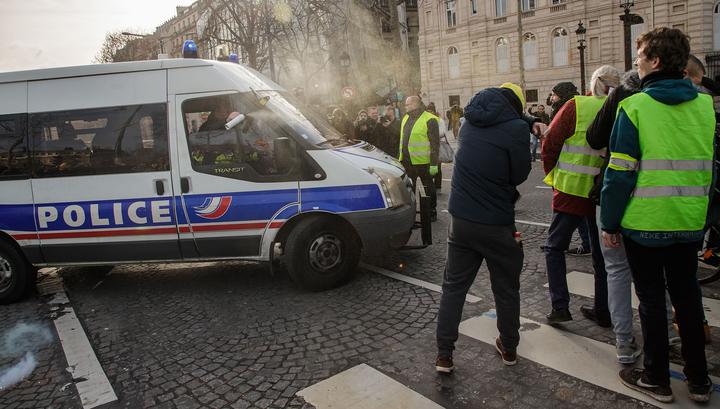"""В Ле Мане """"желтые жилеты"""" устроили погром, в Руане попали под машину"""