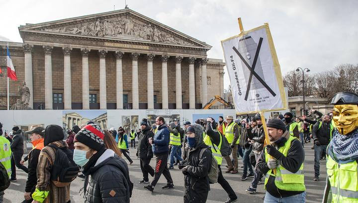 """""""Желтые жилеты"""" атаковали парижские банки"""