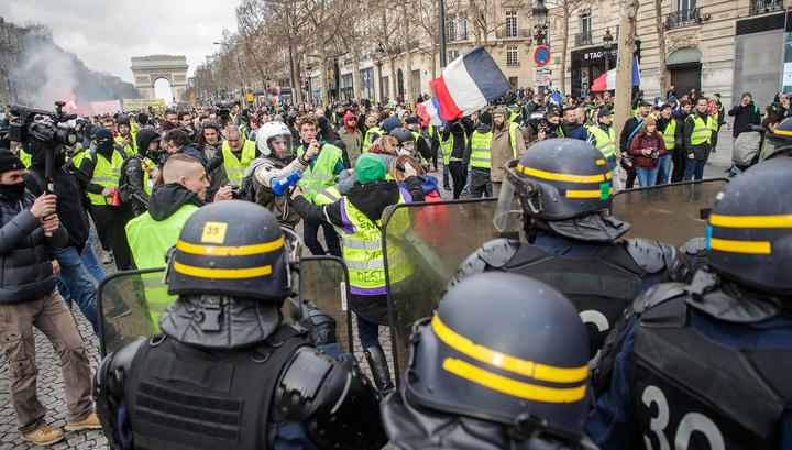 Протестующих в Париже разгоняют водометами
