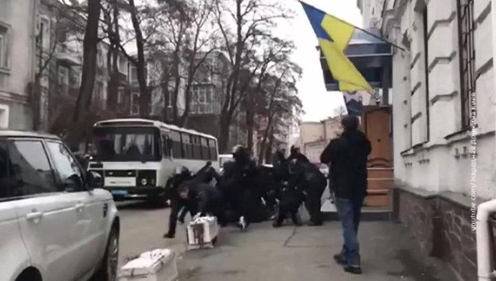 Украинские наци обиделись и заставили полицию возлюбить Бандеру