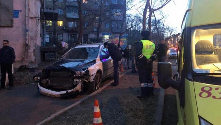 Мама с малышом погибли под колесами вылетевшей с дороги машины во Владивостоке