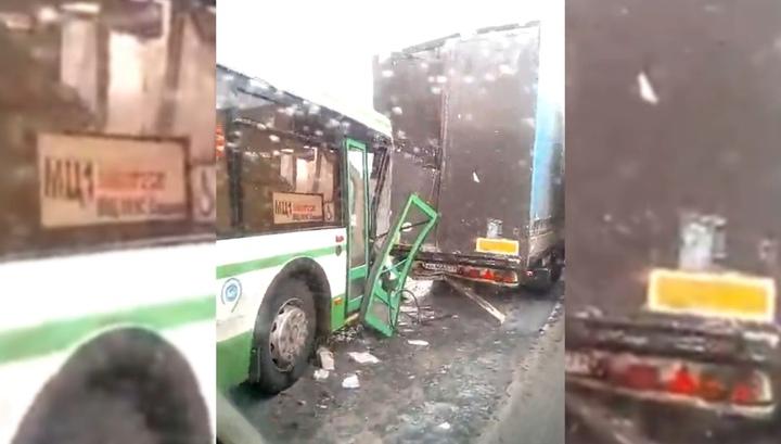 В Москве автобус с пассажирами влетел в фуру