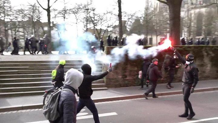 """Акция протеста """"желтых жилетов"""" в Париже завершилась арестом 50 человек"""
