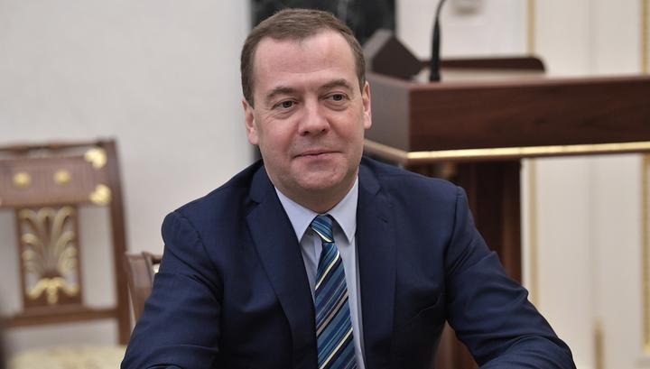 Медведев приостановил объединение Александринки с театром Волкова