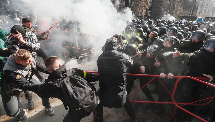 """Порошенко сбежал от """"охотников"""" при помощи газа"""