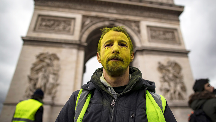 """В Париже """"желтых жилетов"""" разгоняли водометами"""