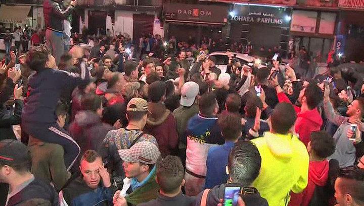 Сотни тысяч алжирцев празднуют решение президента не оставаться на пятый срок