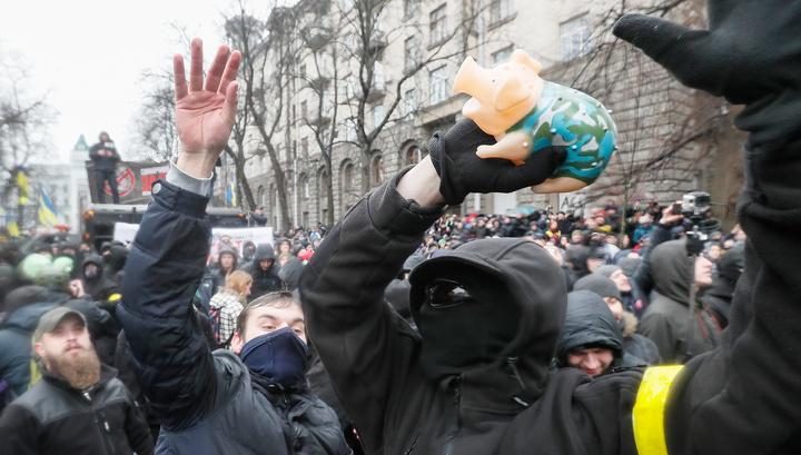 На митинге против коррупции в Киеве полицейских закидали свиньями