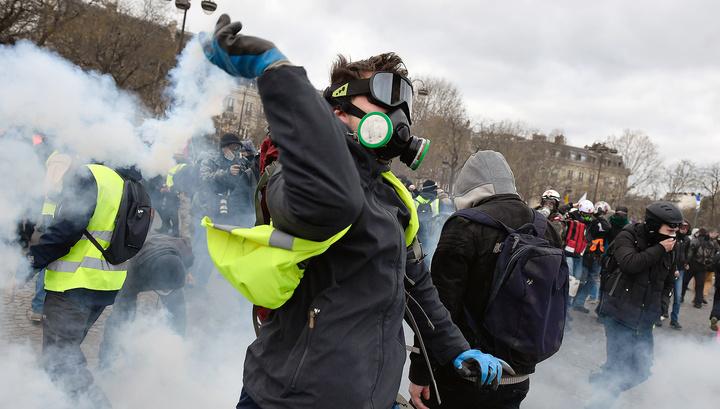 """В Париже """"желтые жилеты"""" снова подверглись газовой атаке"""