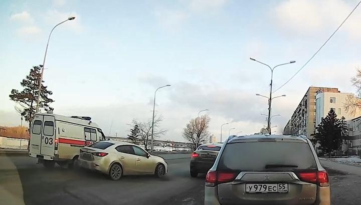 Пожилая женщина пострадала в ДТП со скорой помощью в Омске