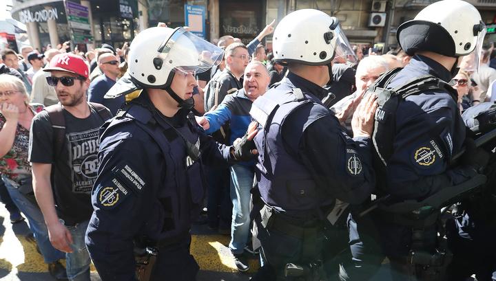 Белград: протестующие двинулись к полиции освобождать задержанных товарищей
