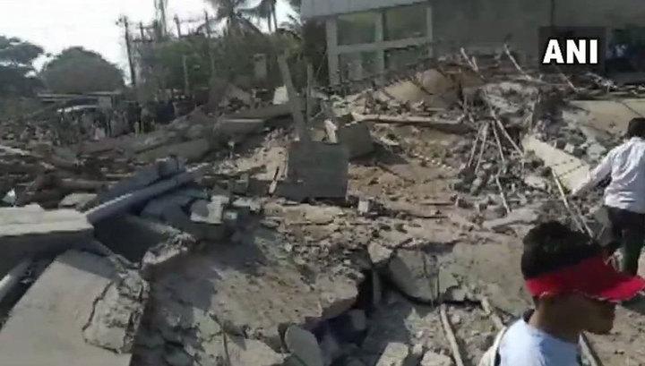 После обрушения здания в Индии под завалами остались 90 человек