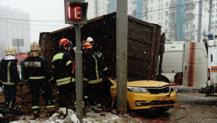 Опрокинувшийся самосвал с песком раздавил такси на юго-западе Москвы