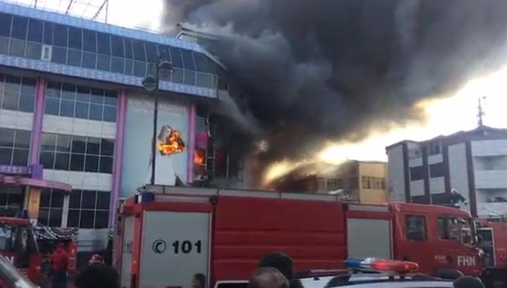 Сильный пожар вспыхнул в торговом центре в Баку