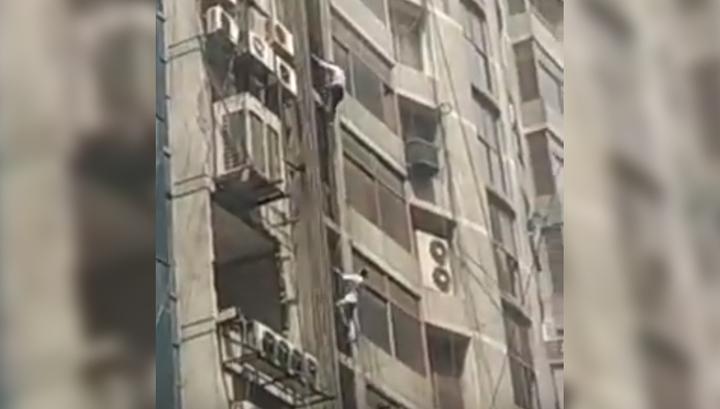 Пожар в Бангладеш: люди спасались из здания по трубам и самодельным веревкам