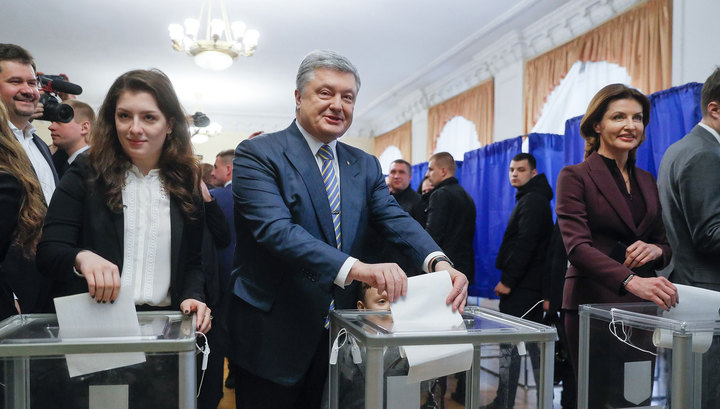 Порошенко проголосовал последним из лидеров гонки
