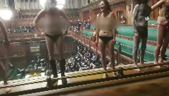 Обнаженка в парламенте Великобритании: крайние меры ради Brexit