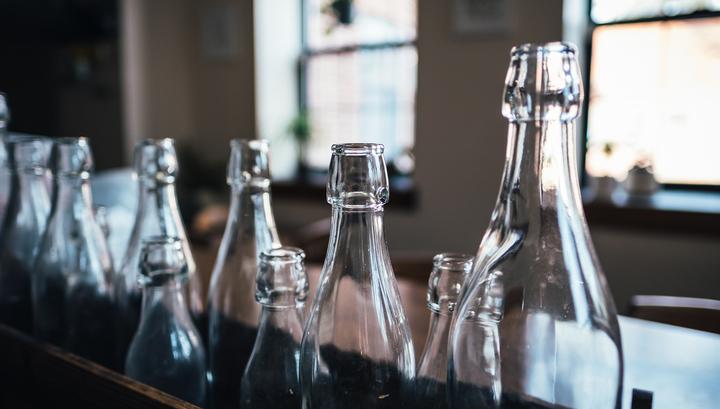 Бутылки под запретом: Украина расширила список санкционных товаров из России