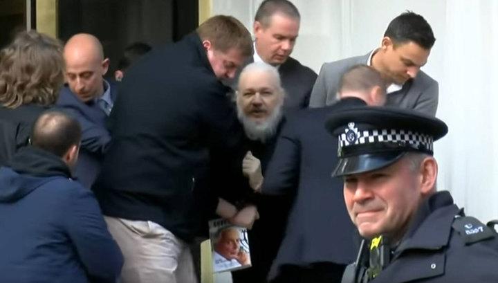 Заседание началось: Ассанж явился в зал суда с книгой