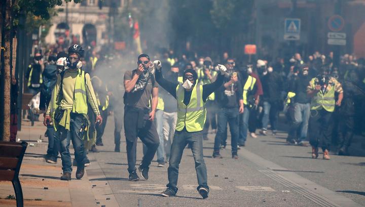 Парижская полиция применила газ на площади Республики