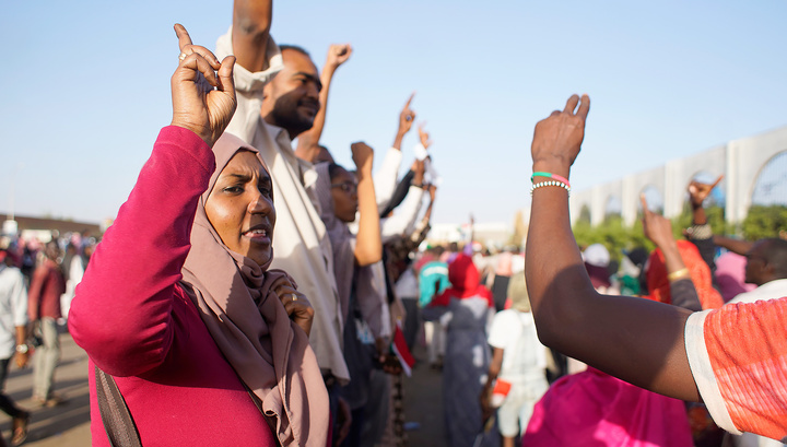 Митингующие в Судане требуют передать власть гражданскому правительству