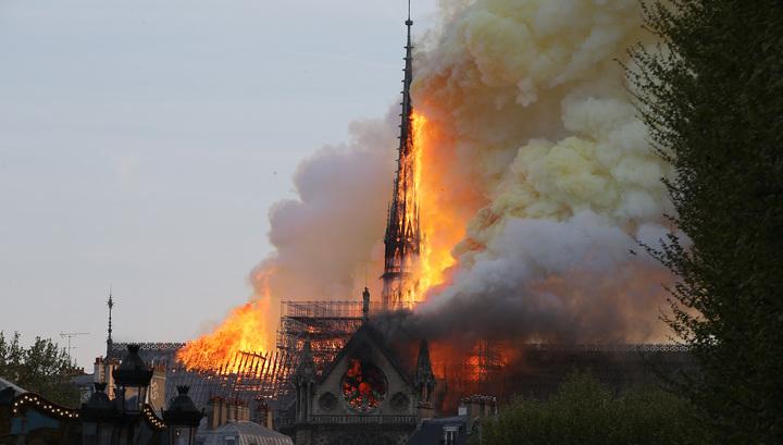 Шпиль Собора Парижской Богоматери обрушился. Видео