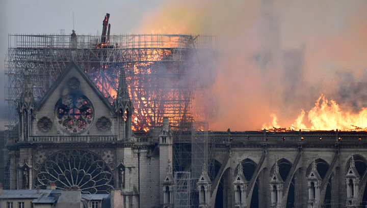 Огонь над Парижем: вслед за шпилем у Нотр-Дам-де-Пари обрушилась крыша