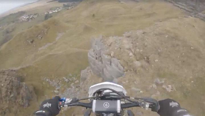 Экстремал снял на видео свое падение на мотоцикле с 15-метровой скалы