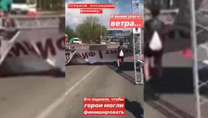 "Финишная арка едва не придавила организатора ""Волгоградского марафона"""