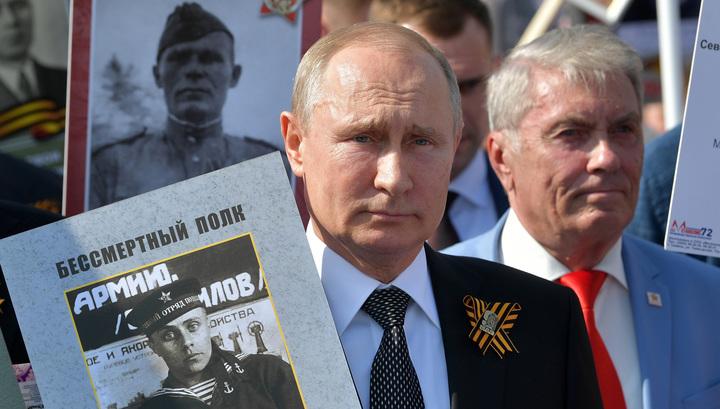 """Путин рассказал, о чем думал, когда впервые прошел в """"Бессмертном полку"""""""