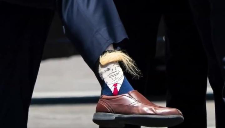 Трампа поддержали волосатыми носками с его изображением