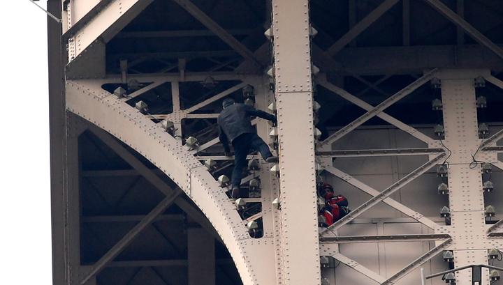 Забравшийся на Эйфелеву башню мужчина сдался полиции